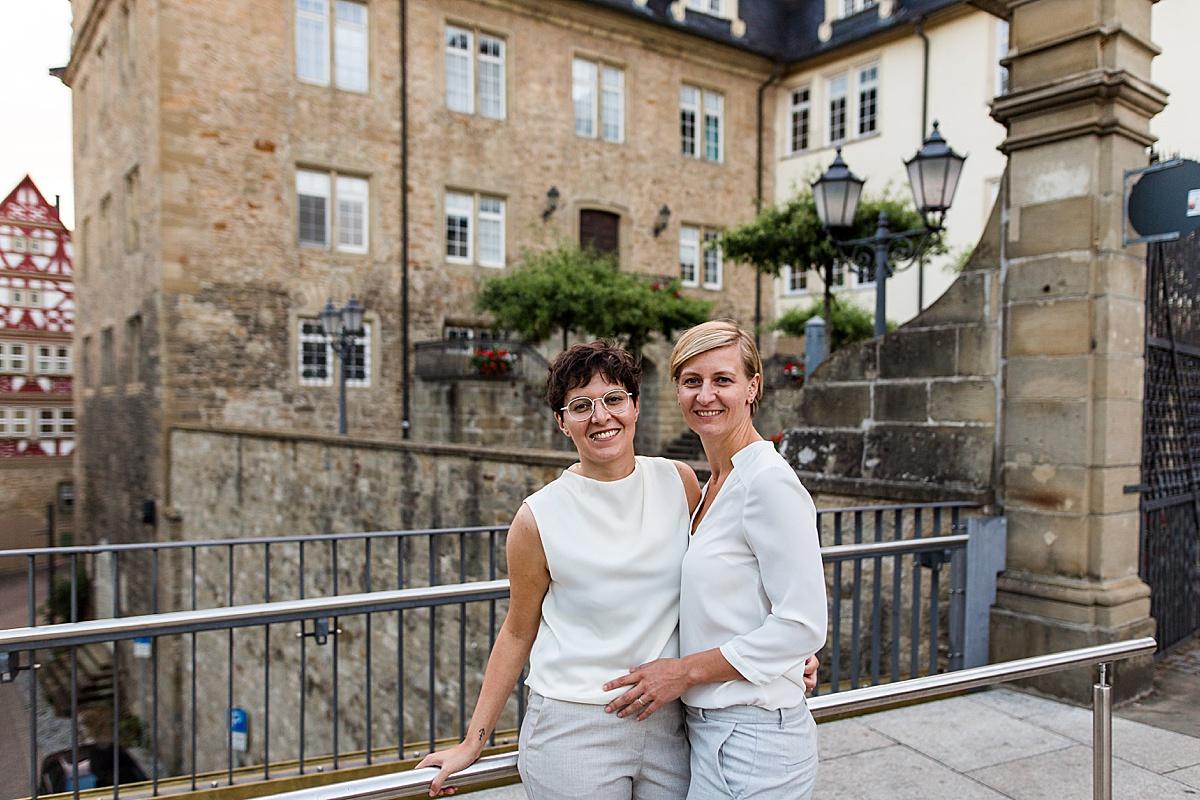 Lesbisches Brautpaar im Hosenanzug in Öhringen